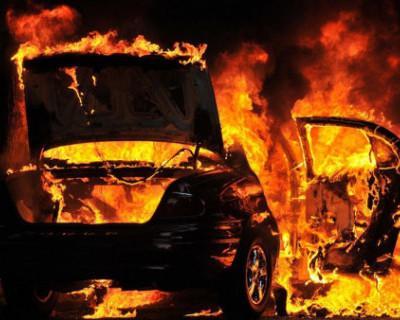 Ночью в Керчи загорелись два автомобиля