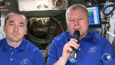 Российские космонавты поздравили соотечественников с праздником