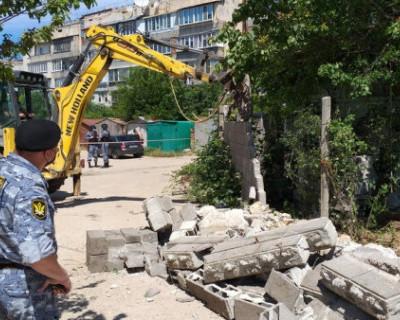 Судебные приставы сносят двухэтажное здание в Казачьей бухте