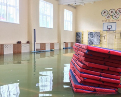 Севастопольские спасатели занимаются откачкой воды из школы