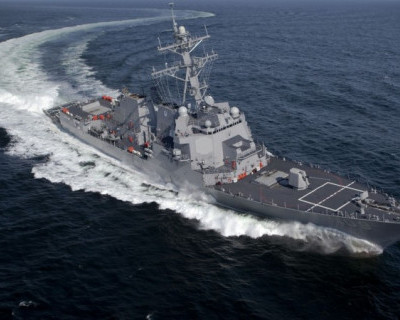 Эскадренный миноносец ВМС США в акватории Черного моря