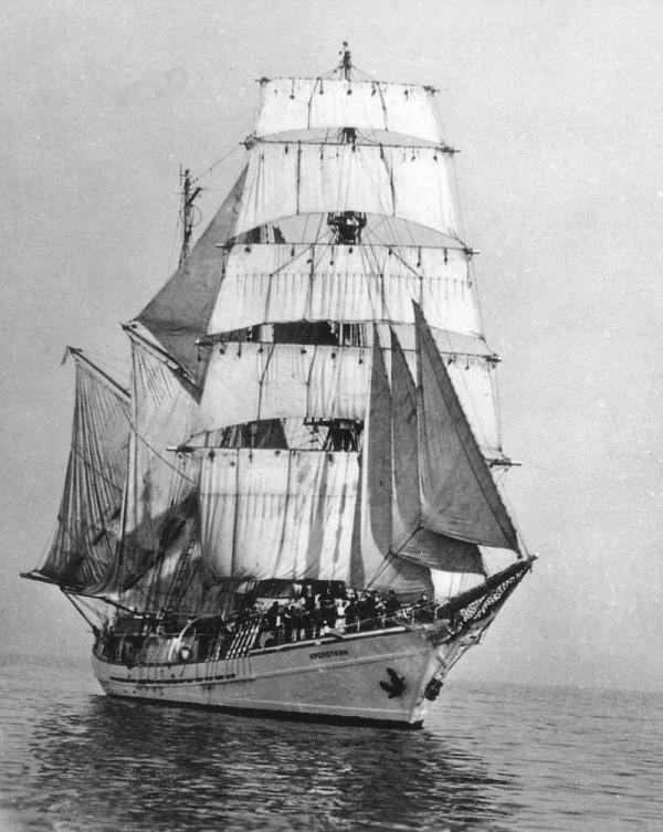 Баркентина «Кропоткин» под парусами в открытом море.