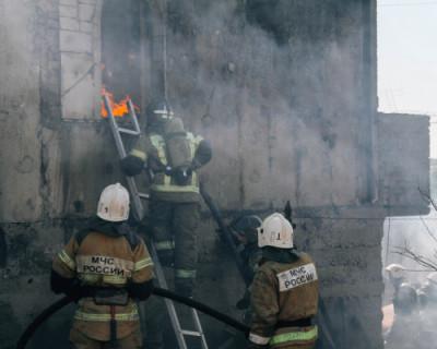 В Севастополе загорелся двухэтажный частный дом с пристройкой