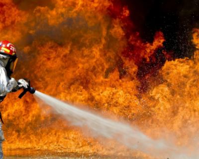 В Севастополе загорелось здание бывшего завода