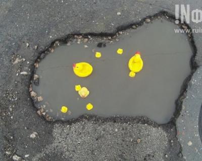 В ямах на дорогах Севастополя уже плодятся утки!
