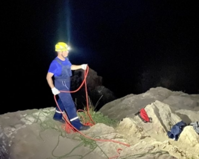 Сотрудники МЧС Крыма вытащили девушку из горной расщелины