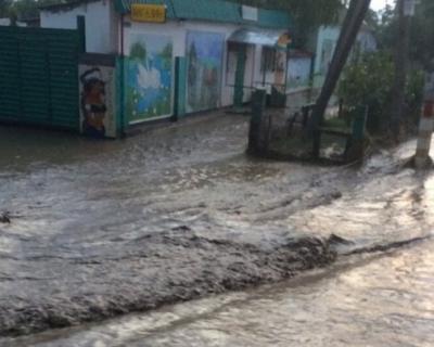 В Крыму проливные дожди подтопили дома