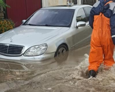 В Крыму спасли двух человек из затопленного гаража