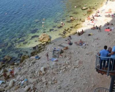 На диком пляже в Севастополе мужчина потерял сознание, прыгая в воду