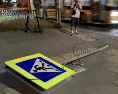 Автолюбительница сбила знак пешеходного перехода
