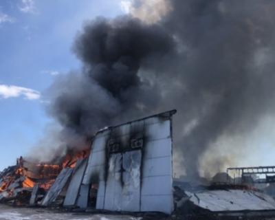 В Севастополе загорелся склад
