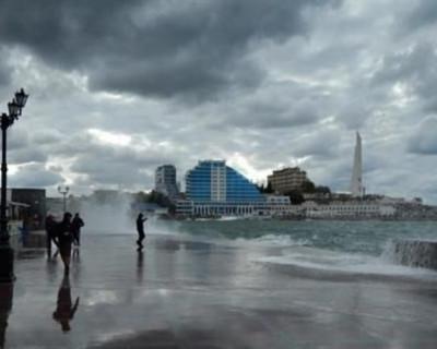 В Севастополе из-за сильного волнения на море перекрыт рейд