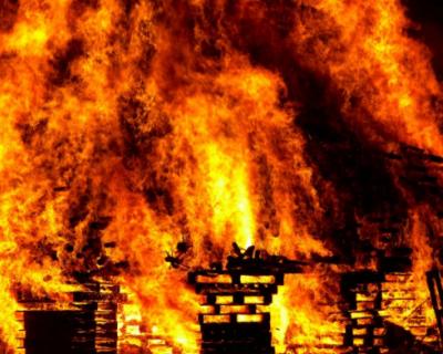 В Евпатории горит пятиэтажный дом