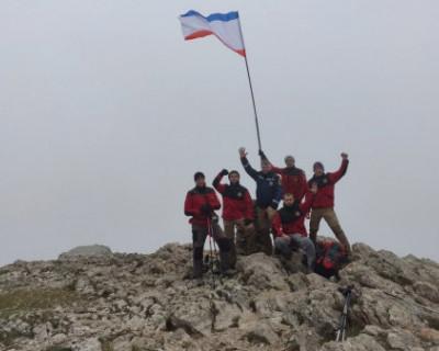 Спасатели водрузили флаг Крыма на высшую точку горы Чатыр-Дага