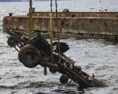 Спасатели МЧС подняли грузовик со дна Феодосийского залива