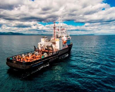 Уникальный морской буксир торжественно поднимает флаг (фото)