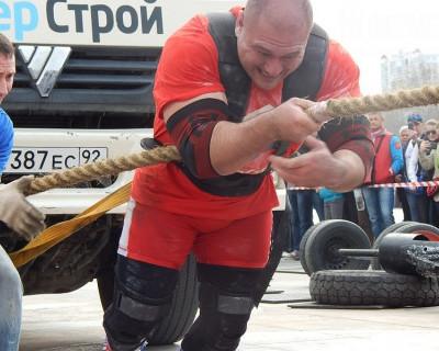 Силачи на Приморском тягали грузовик (фото, видео)