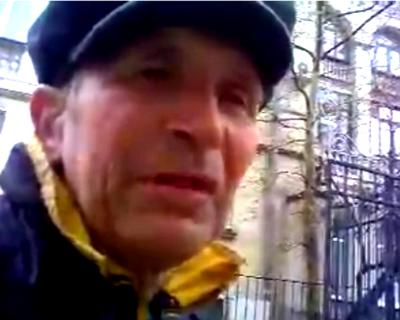 Видео дня: Недовольный дед бьёт окна в здании суда на улице Ленина в Севастополе (видео)